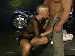 Колоритная немецкая пара бодибилдер и блондинка трахаются на фоне чоппера