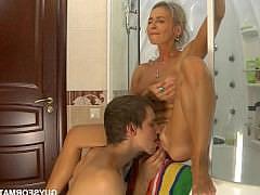 Зрелая мамаша блондинка кайфует от куни и кончает от секса раком с молодым любовником