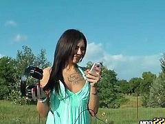 Татуированная девка легко повелась на пикап и согласилась перепихнуться в парке