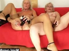 Две развратные старые бабы похотливо занимаются лесбийским сексом со страпоном и дилдо