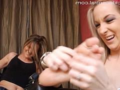 Сисястые телки балуются лесби фут-фетишем и необычной пыткой через щекотку