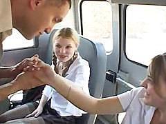 Две молоденькие студентки по взрослому оторвались с толстым членом прямо в автобусе