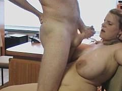 Зрелая немка с огромными дойками и задницей проходит секс-интервью в офисе