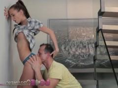 Молодая шлюшка бесстыдно ебется с мужиком прямо на ступеньках лестницы в офисе