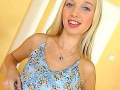 Красива и молодая чешская блондинка c точеной фигурой классно вертится на члене парня