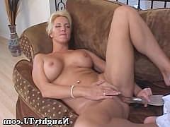 Гиг Порно  Зрелая женщина с большими сиськами дрочит бритую киску вибратором на диване