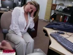 Получив сексуальное предложение от продавца, грудастая блондинка направляется к нему в офис, чтобы там неплохо потрахаться. И там просто кайфует с мускулистым самцом!