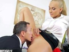 Бросив сексуальный вызов своему шефу, роскошная секретарша надеялась, что тот управляет членом так же лихо, как и компанией. И мужик не подвел ее в спаривании!