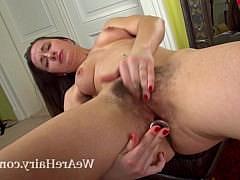 Девочка ласкает и мастурбирует свою заросшую и мохнатую киску