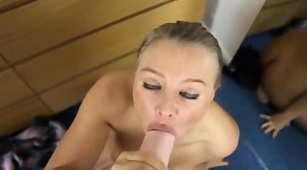 сосет руку порно