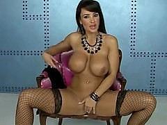 Итальянская звезда Лиза Энн раздевается и лаская дойки мастурбирует для нас
