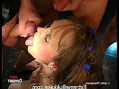 Юная немка-спермоглотка в центре жесткой оральной ганг-банг оргии с буккаке