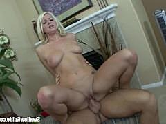 Красивая телка блондинка скачет на большом хую и смакует мужскую сперму