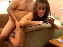 Зрелая толстая женщина с большими дойками любит заниматься сексом куря сигарету