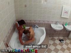 Молодые подружки моются в ванной и занимаются лесбийскими ласками
