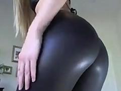 Жопастая молодая блондинка надевает и снимает обтягивающие леггинсы на камеру
