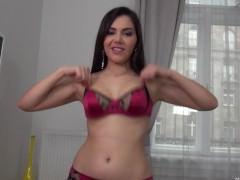 Молодая порно модель готова жадно и страстно терзать влагалище секс игрушками