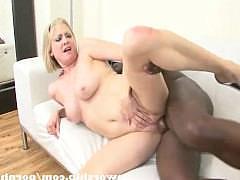 Зрелая баба-блондинка дает лизать пизду негру перед еблей его огромным шлангом