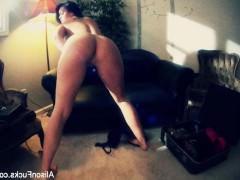 Гиг Порно Зрелая порно звезда снимает сама себя на камеру во время жаркой мастурбации