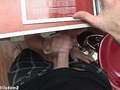 От 1-го лица: грудастая красотка с сигаретой в руке сосет большой член под столом