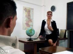 Горячая зрелая учительница бесстыдно соблазняет студента на дикую еблю в классе