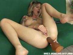 Пизда и жопа зрелой сучки лихо справляются с мощной интимной атакой секс игрушек