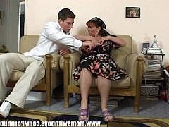 Старая и жирная тетка соблазнилась на молодого и аппетитного парня с крепким членом