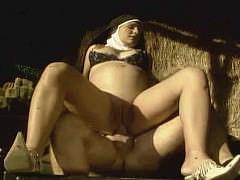 Беременная женщина-монашка с животом кончает от анала на большом члене верхом