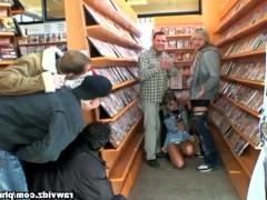 Зрелая баба грубо трахается с покупателями в книжном магазине и пьет их сперму