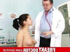 Престарелый доктор возбуждает молодую пациентку и ебет ее медицинскими предметами