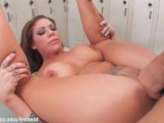 Молодая порно модель вынуждена ебаться с мужиком в женской раздевалке