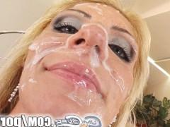 Толпа фаллосов жестоко трахает зрелую блондинку в рот и сливает сперму
