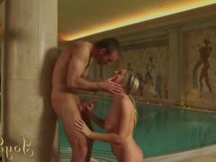 Зрелая порно звезда отдыхает с любовником у бассейна и жадно трахается с ним