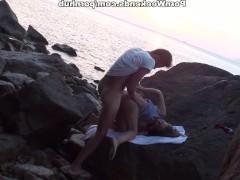 Молодая шлюшка не против потрахаться с кавалером на диком пляже