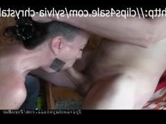 Хуй чувака заставляет молодую подружку покорно сидеть на коленях и страстно его сосать