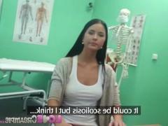 Молодая чешская любительница завелась от прикосновений врача и жадно трахается с ним