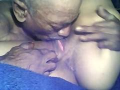 Старый негр жадно лижет пизду молодой негритянки своим языком