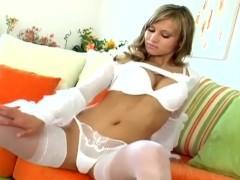 Гламурная молодая порно модель показывает свою бритую пизду