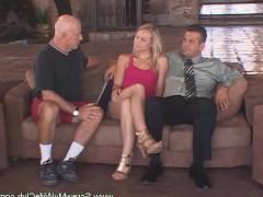 Зрелая жена впервые трахается с другим мужчиной перед своим мужем