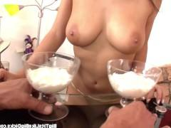 Молодая порно модель вымазала соски в сливки и соблазнила ухажера на трах