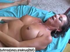 Сексапильная зрелая баба получает громадное удовольствие от секса с парнем