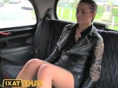 Молодая брюнетка в мини-юбке уступила таксисту и трахается с ним в машине