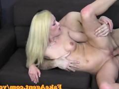 Молодая блондинка старается удивить порно агента в анальной ебле с ним