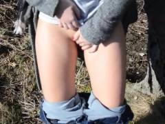 Молодая немка возбудилась во время прогулки по лесу и готова публично поебаться на улице