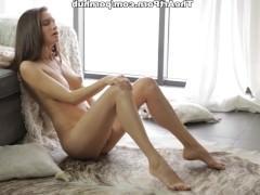 Молодая красотка устраивает чувственную мастурбацию пизды и получает крутой оргазм