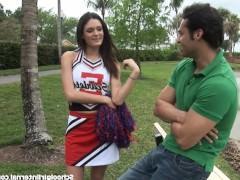 Возбужденная молодая девица притащила парня к себе для траха