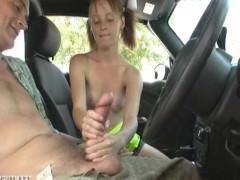 Гиг Порно  Молодая шлюшка не стала переходить к полноценным сексуальным действиям с мужиком в машине. Она лишь подрочила его хер руками, чтобы доставить кайф такого рода!