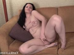 Зрелая дама с пирсингом на пизде активно дрочит влагалище пальцами на диване