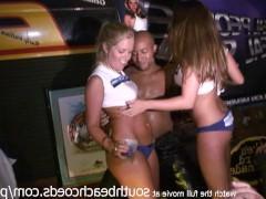 Молодые любительницы танцуют на сцене во время эротической вечеринки и оголяют груди