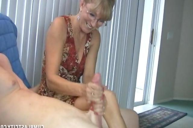 порно видео зрелая баба дрочит молодому руками